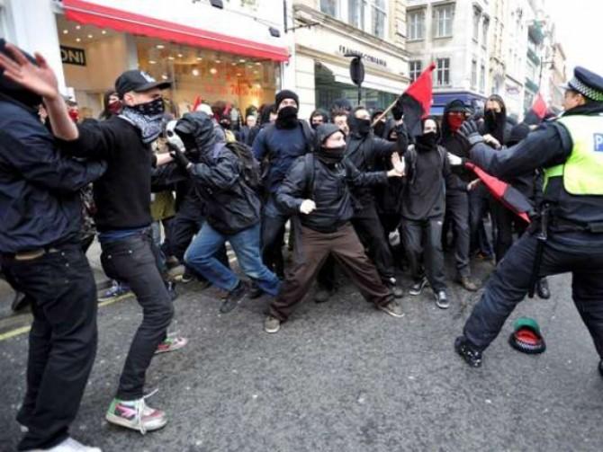 bataie intre activisti anti-capitalisti si politie, la londra