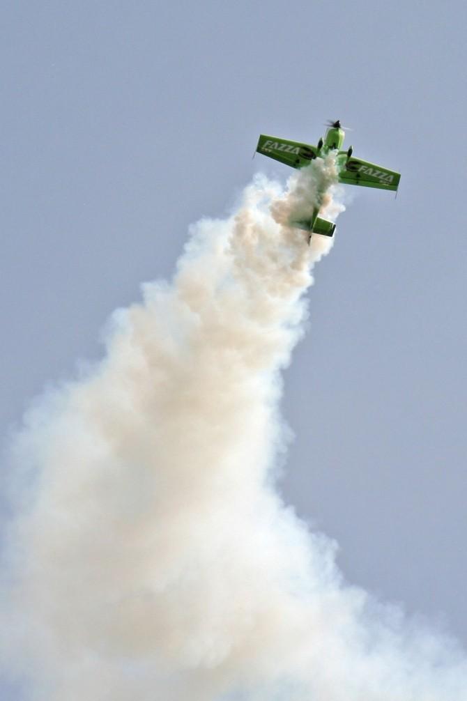 IMG_2818Zoltan Veres, multiplu campion de acrobaţie aeriană, a oferit un show plin de adrenalină la Clinceni, la TransilvAeroShow