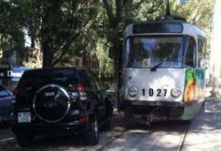 masina langa tramvai