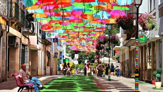 Strada umbrelelor colorate in Portugalia