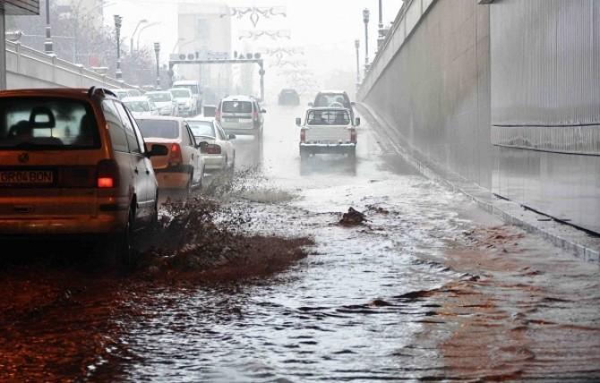pasajul-unirii-din-capitala-inundat-in-urma-ploilor-de-joi-noapte-82397-1