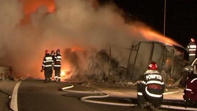 Un tir s-a răsturnat și a luat foc pe Autostrada Bucureşti-Piteşti