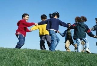 lasati copiii sa se joace afara