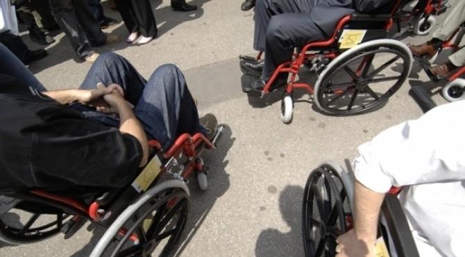 oameni in scaune cu rotile