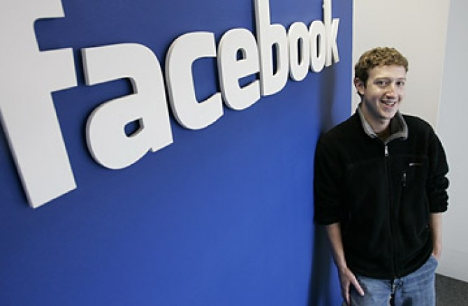 """În februarie 2004 Mark Zuckerberg a fondat rețeaua """"The Facebook"""", având la început denumirea """"thefacebook.com"""". facebook, lansată inițial ca o rețea universitară, a fost extinsă apoi la angajații unor companii ca Apple și Microsoft.."""