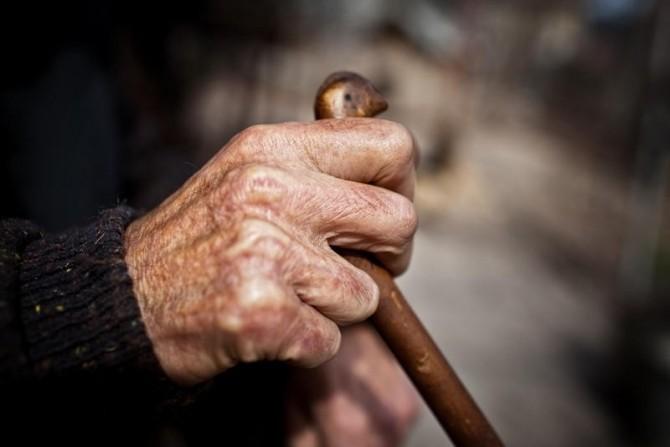 154104-pensionar-cu-baston