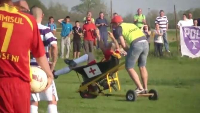 Fotbalist scos cu roaba din teren