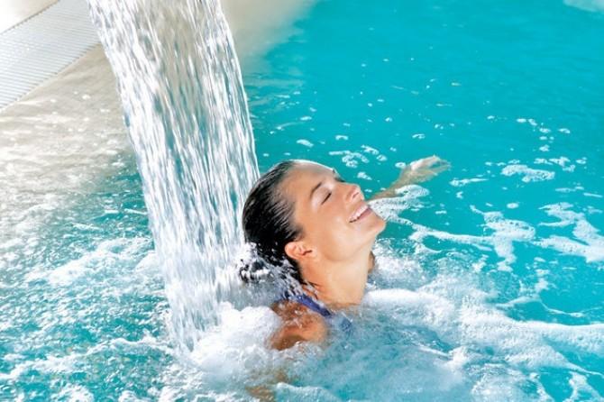 femeie-in-piscină