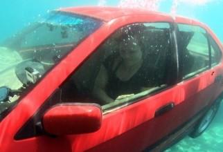 Mașină sub apă