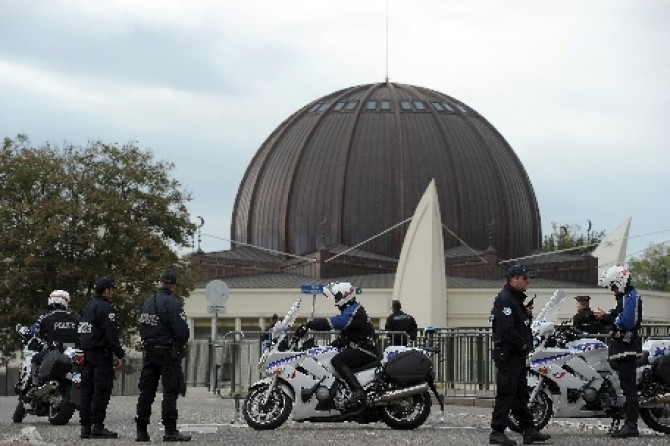 franta-o-moschee-a-fost-invadata-de-extremisti-de-dreapta-173574