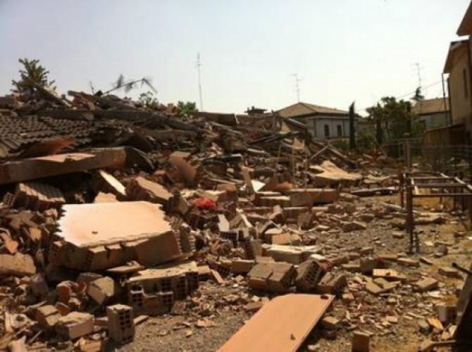 Fotografie din Italia cu o clădire prăbușită, cu caracter ilustrativ