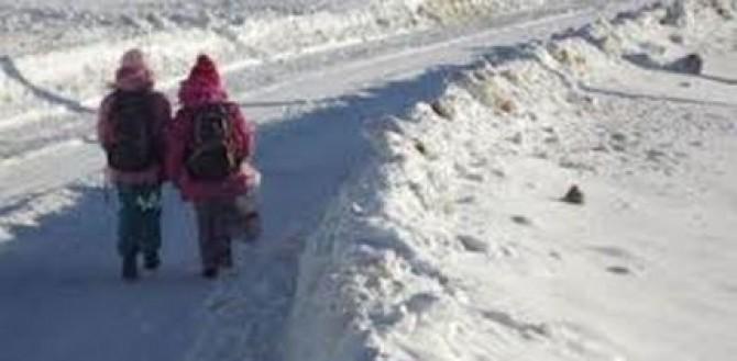 suceava-sapte-elevi-raman-peste-noapte-in-scoala-pentru-ca-drumurile-sunt-blocate-de-zapada-69217