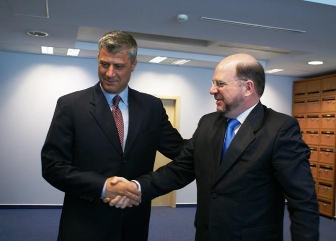 Premierul Republicii Kosovo, Hasim Tachi, și fostul ambasador american Cristopher Dell