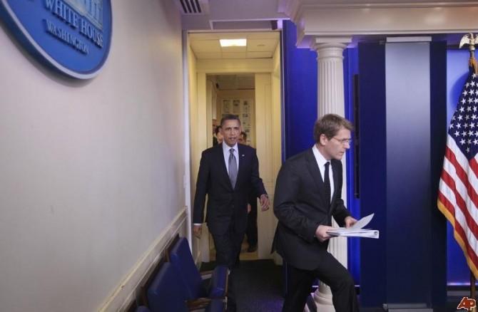 Barack Obama, Jay Carney. DEMISIE LA CASA ALBĂ