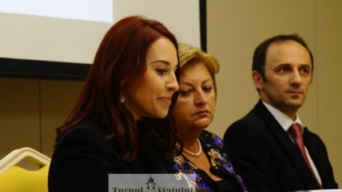 Ioana Vonica (centru)