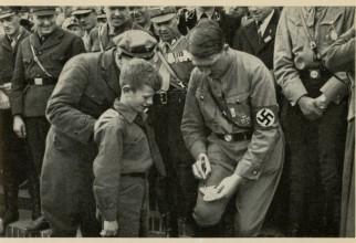 Hitler, dând un autograf unui băiețel