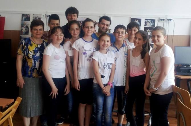 Marilena Badea și Mihai Bunăziua alături de elevii de la Școala 12
