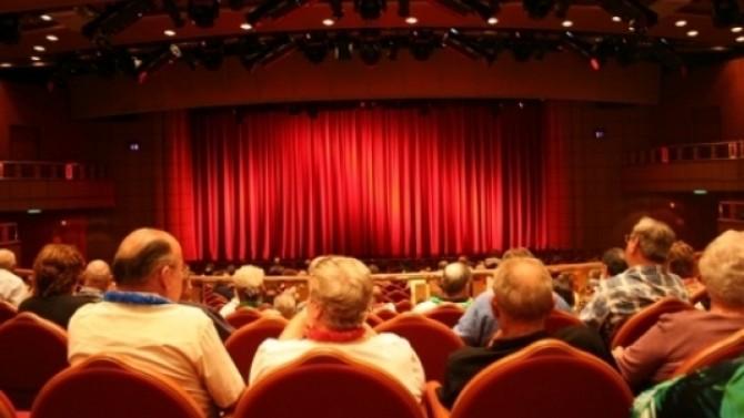 Bombe la teatrul metropolis apte dintr o lovitur dc news de ce se intampla for Piece de theatre domino