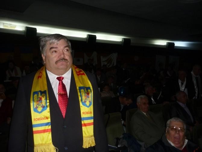 Pacat ca din ignoranta am considerat nebun unicul patriot care am avut după 89(VADIM TUDOR)  Acest General poate salva România doar lund puterea cu forta și arestarea tuturor penalilor din PARLAMENT.