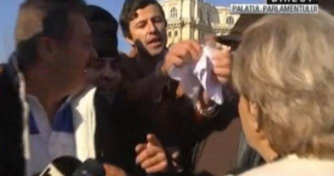 Cristiana Anghel, către un protestatar din Piața Constituției: Ești prost