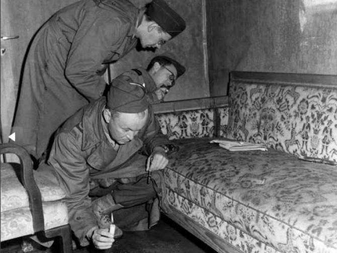 Anchetatorii ruși cercetând buncărul de unde au dispărut  Hitler și Eva Braun
