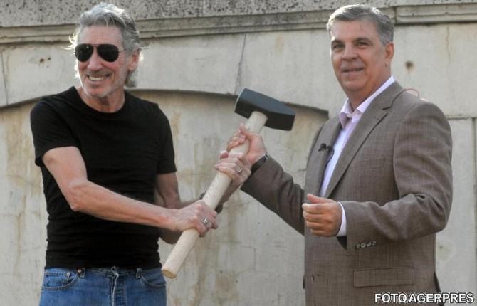 Roger Waters și Valeriu Zgonea într-o acțiunede  dărâmare în  mod simbolic a zidului Palatului Parlamentului din Piața Constituției