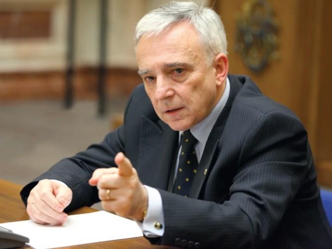 Isărescu avertizează asupra discrepanţelor între regiunile istorice