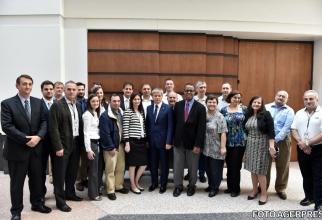 Premierul Dacian Cioloș, alături de vicepreședintele de Cercetare și Inginerie Avansată Ford Motor Company, dr. Ken Washington, și angajați români ai Ford Motor Company, în cadrul vizitei la complexul Ford