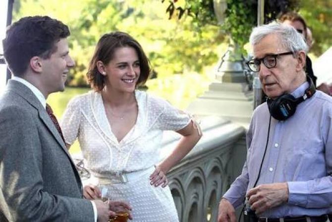 Kristen Stewart, Jesse Eisenberg si regizorul Woody Allen, pe platourilee filmului Cafe Society
