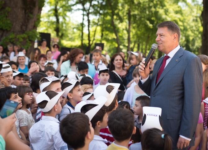 Klaus Iohannis, înconjurat de copii de 1 iunie