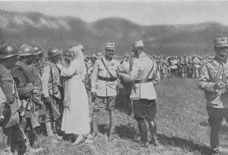 Regele Ferdinand și Regina Maria decorând militarii care au luptat la Mărășești, august 1917
