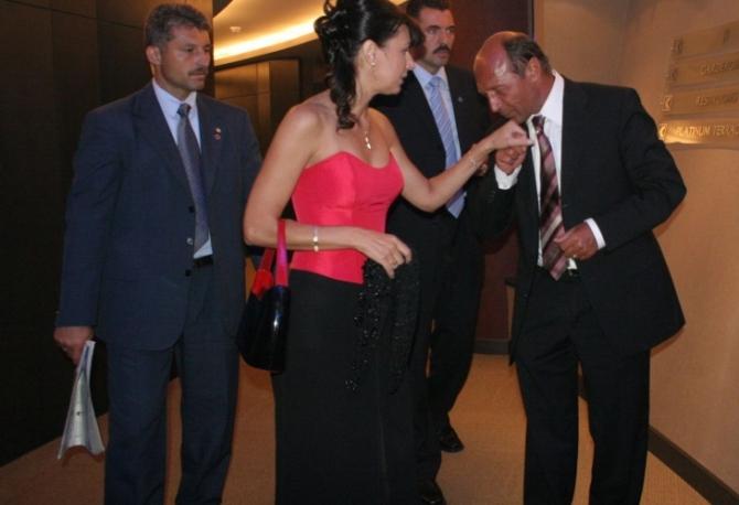 Traian Băsescu îi pupă mâna Corine Drăgotescu - imagine din anul 2005