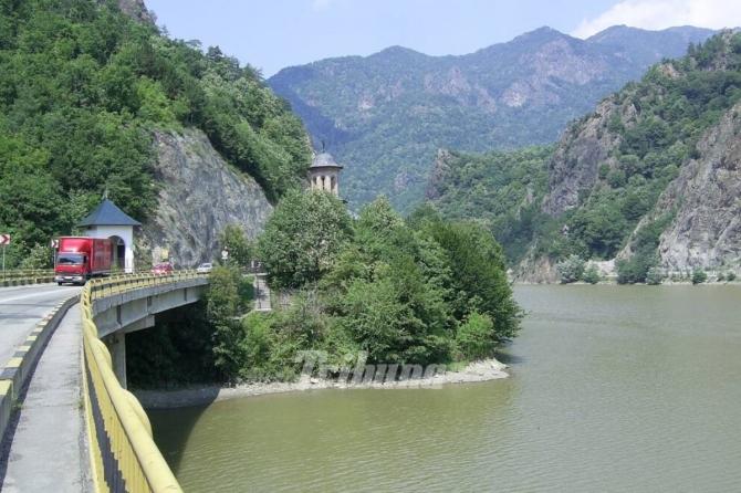 Bărbat găsit mort în apele Oltului