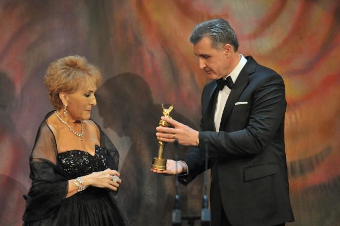 Nelly Miricioiu primind trofeul de la ASR Principele Radu