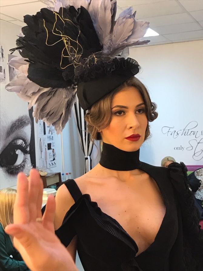 Rochie și pălărie de gală create de Irina Cristescu