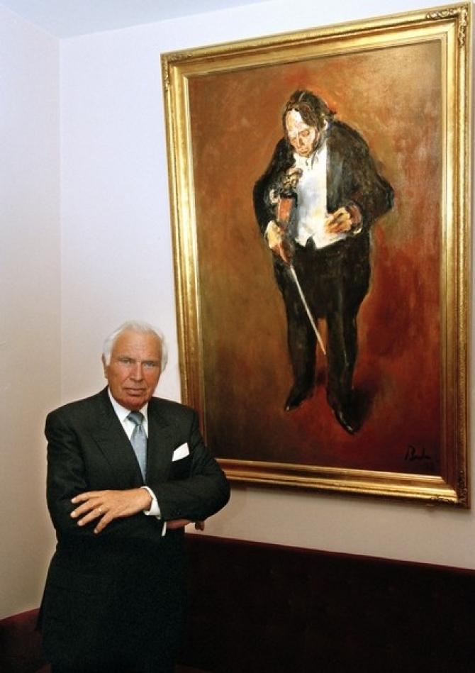Ioan Holender în fața portretului lui George Enescu