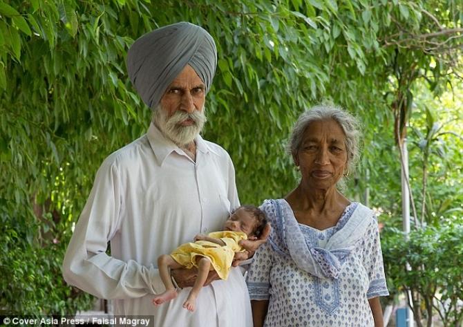 O familie fericită. Mama de 73 de ani și-a văzut împlinit visul: a dat naștere unui copil sănătos.