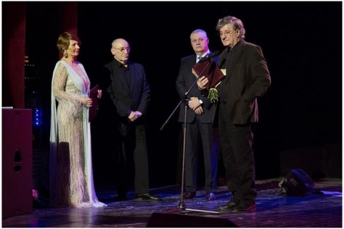 Ion Caramitru, primind premiul de excelență