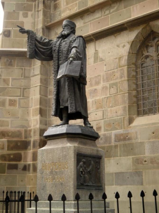 Statuia lui Johannes Honterus din Brasov
