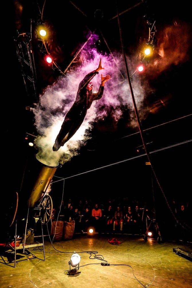 (w670) Circus Man