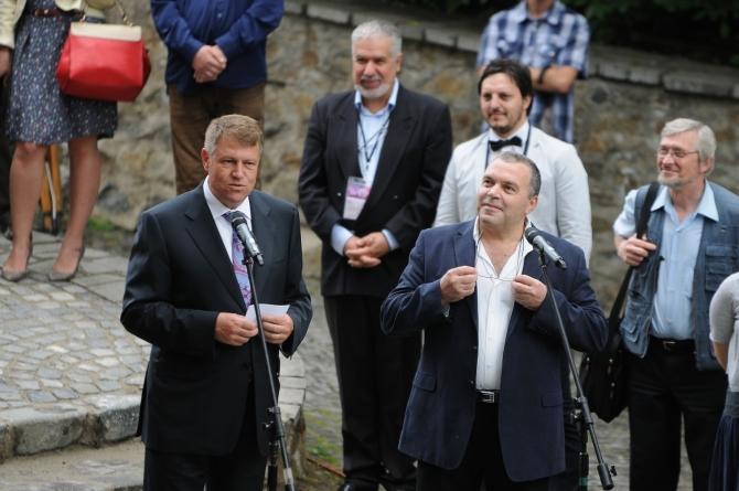 Preşedintele României, Klaus Iohannis, şi Constantin Chiriac, Directorul Teatrului Radu Stanca, pe Aleea Celebrităţilor