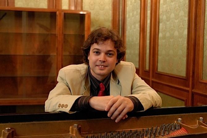 (w670) Pianistul