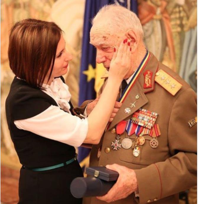 Foto: Otilia Sava, ștergând lacrimile eroului
