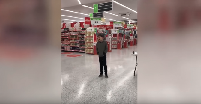 Copil cu autism, cântând Who's Lovin You