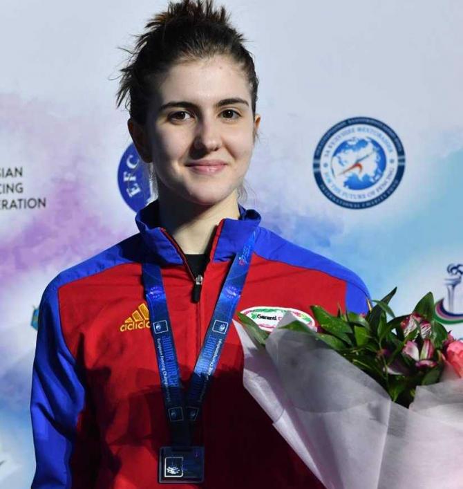 Alexandra Predescu, medaliată cu argint în proba de spadă la Europenele de juniori. foto: FR Scrimă