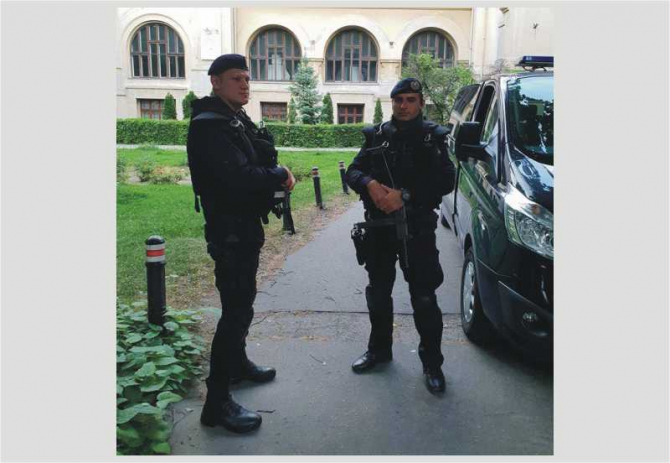 Jandarmi în Piaţa Victoriei, proteste
