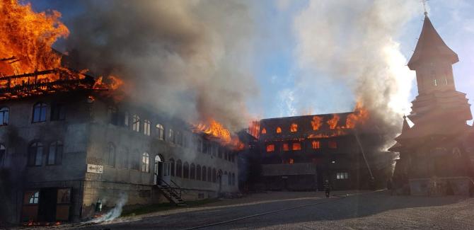 Mănăstirea Sf. Mina, Roșiori, incendiu. Mobilizare de urgență - foto