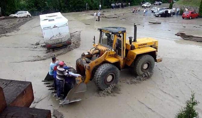 Mănăstirea Bârsana, sub ape-VIDEO. Evacuare cu buldozerul