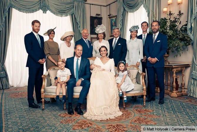 Ducele şi ducesa de Cambridge, împreună cu membrii familiei regale, după botezul prinţului Louis