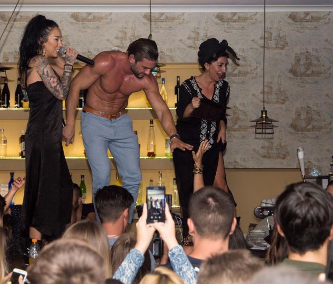 Ruby, Dorian Popa, show total la malul mării: Toată lumea pe bar!